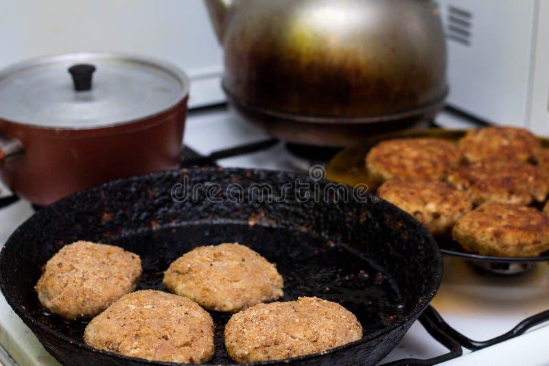 Preparación de la chuleta de la carne picadita en sartén fotografía de archivo libre de regalías