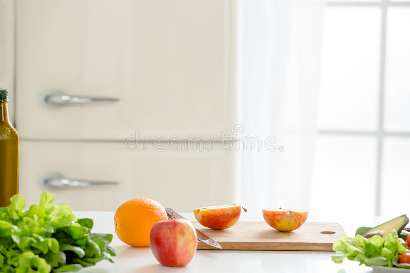 Preparación de la comida de la comida fresca en la tabla imagen de archivo libre de regalías
