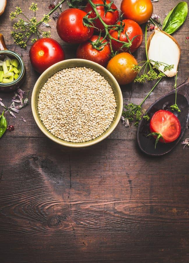 Preparación de la ensalada de la quinoa en el fondo de madera oscuro, visión superior fotos de archivo libres de regalías