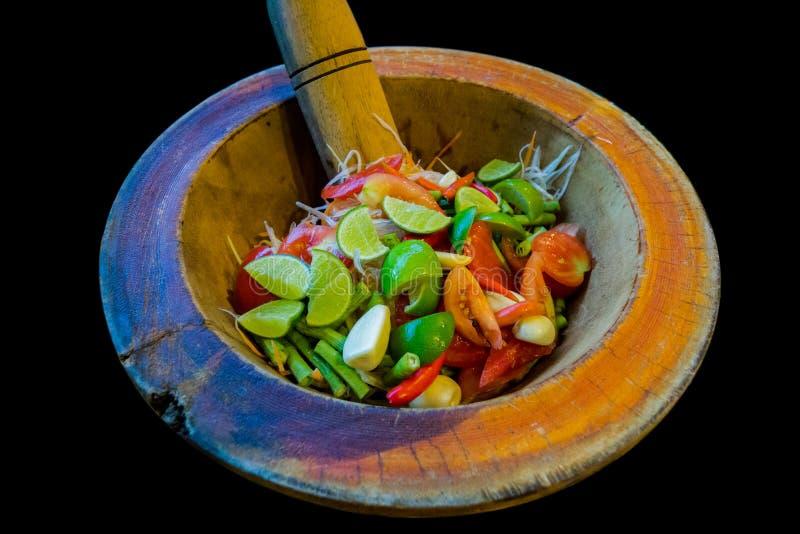 Preparación de la ensalada y de los ingredientes de la papaya en un mortero, comida tailandesa de la calle del estilo fotos de archivo libres de regalías