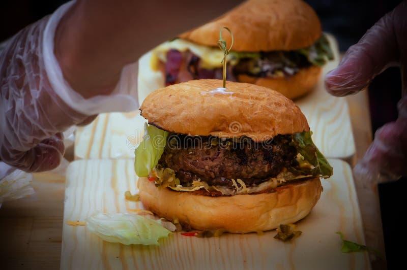 preparación de la hamburguesa de la lenteja foto de archivo