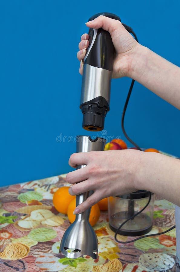 Preparación de la licuadora para mezclar las naranjas imagen de archivo