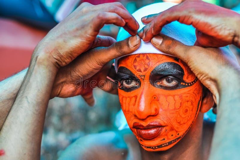Preparación de la máscara en Kerala imagen de archivo