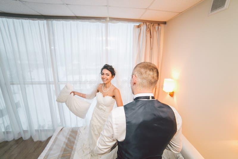 Preparación de la novia adorable imagen de archivo