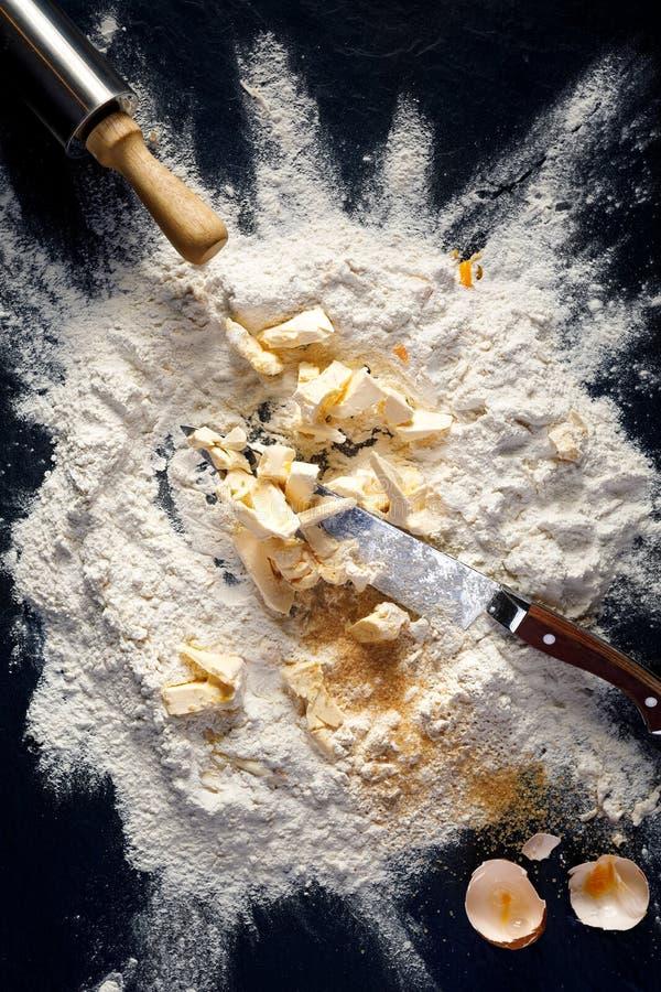 Preparación de la pasta, ingredientes para hacer una torta Impresión sobre la fabricación de pasteles de la torta dulce fotografía de archivo