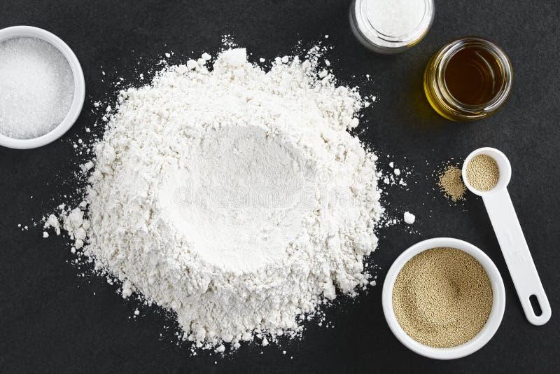 Preparación de la pasta de levadura para la pizza o el pan fotos de archivo