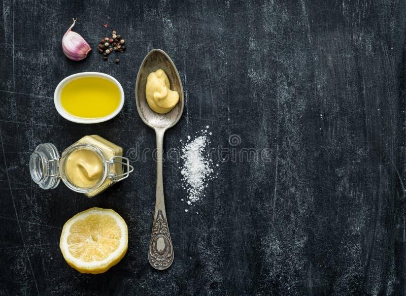 Preparación de la vinagreta - ingredientes de la receta en negro desde arriba fotografía de archivo libre de regalías
