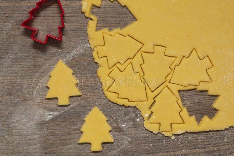 Preparación de las galletas del jengibre El corte figuró las galletas en la forma de árbol de navidad imagenes de archivo
