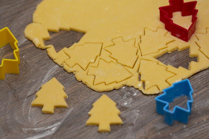 Preparación de las galletas del jengibre El corte figuró las galletas en la forma de árbol de navidad fotografía de archivo