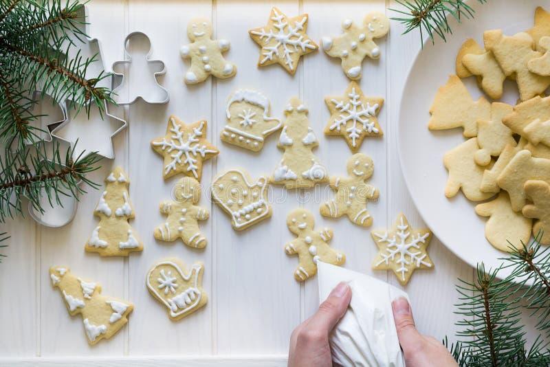 Preparación de las galletas hechas en casa del pan de jengibre con las decoraciones de Navidad imágenes de archivo libres de regalías