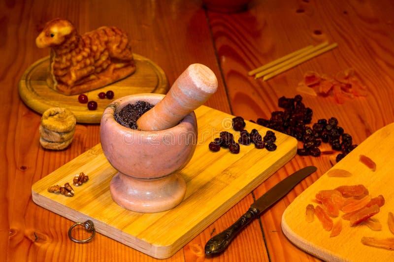 Preparación de las invitaciones para la Navidad ortodoxa tradicional - galletas cocidas hechas a mano bajo la forma de lambkin, f fotos de archivo