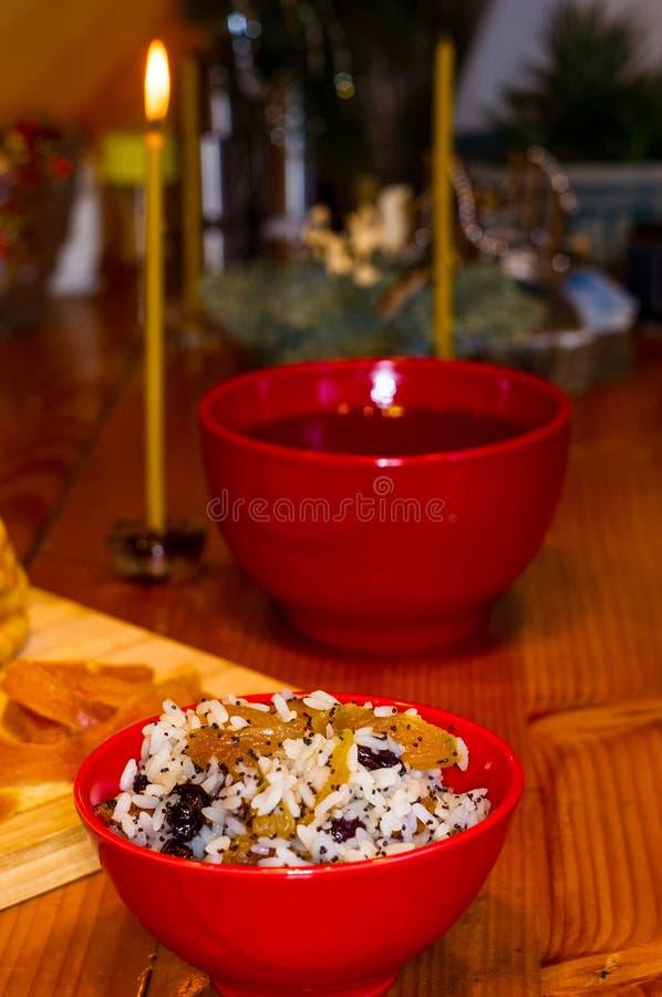 Preparación de las invitaciones para la Navidad ortodoxa tradicional - galletas cocidas hechas a mano bajo la forma de lambkin, f imagen de archivo