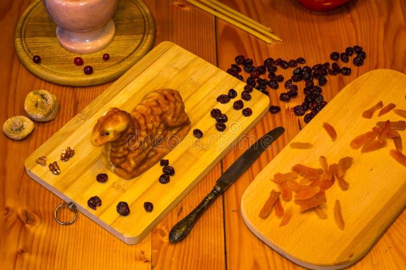 Preparación de las invitaciones para la Navidad ortodoxa tradicional - galletas cocidas hechas a mano bajo la forma de lambkin, f imágenes de archivo libres de regalías