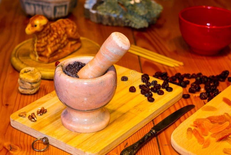 Preparación de las invitaciones para la Navidad ortodoxa tradicional - galletas cocidas hechas a mano bajo la forma de lambkin, f imagenes de archivo