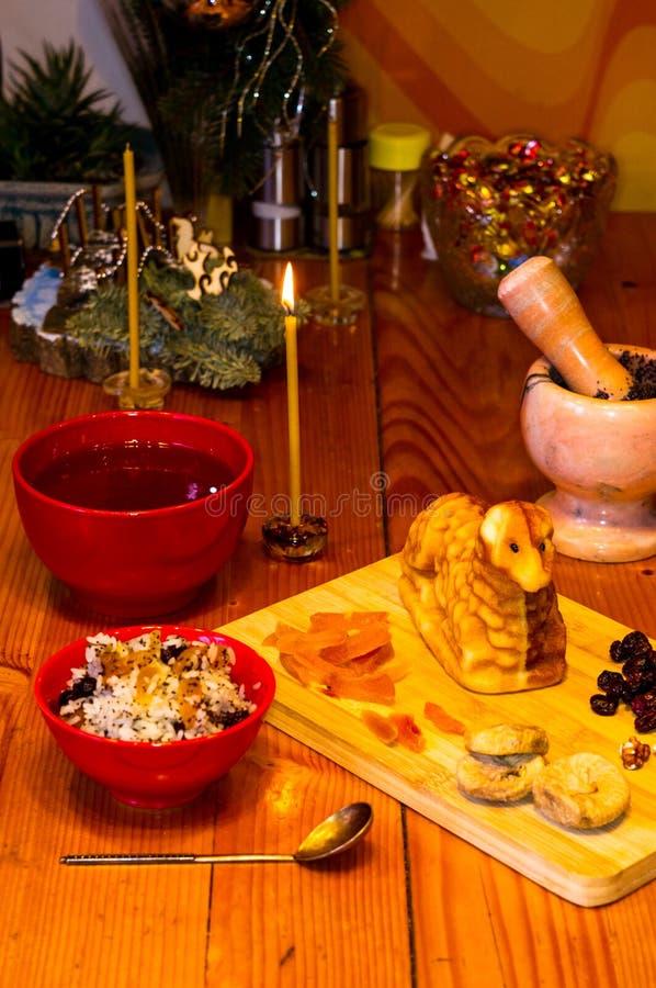 Preparación de las invitaciones para la Navidad ortodoxa tradicional - galletas cocidas hechas a mano bajo la forma de lambkin, f foto de archivo