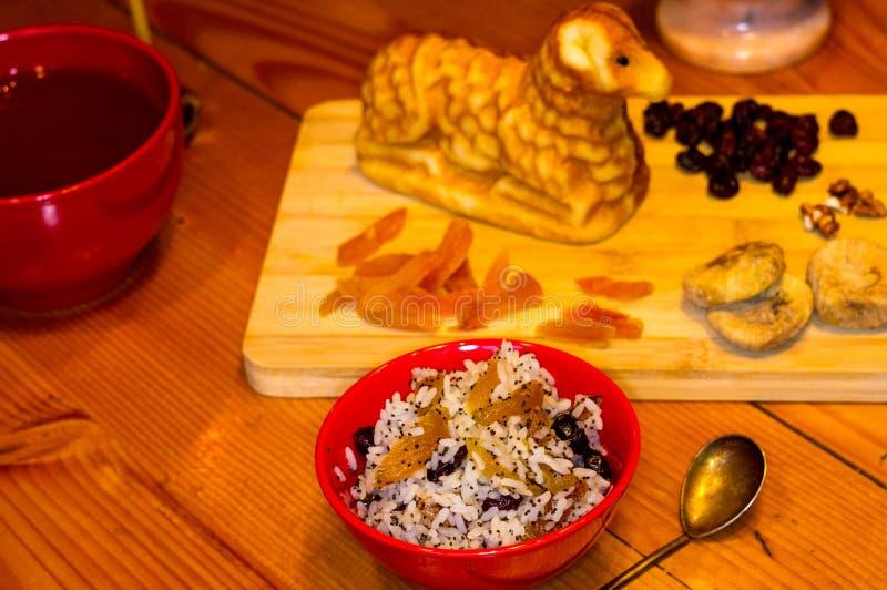Preparación de las invitaciones para la Navidad ortodoxa tradicional - galletas cocidas hechas a mano bajo la forma de lambkin, f fotografía de archivo libre de regalías