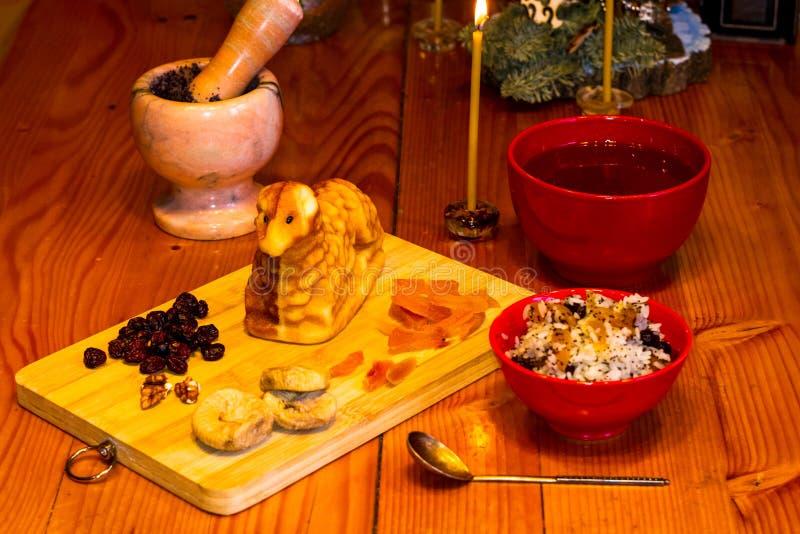 Preparación de las invitaciones para la Navidad ortodoxa tradicional - galletas cocidas hechas a mano bajo la forma de lambkin, f imagen de archivo libre de regalías
