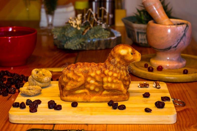Preparación de las invitaciones para la Navidad ortodoxa tradicional - galletas cocidas hechas a mano bajo la forma de lambkin, f fotos de archivo libres de regalías