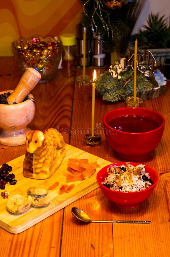 Preparación de las invitaciones para la Navidad ortodoxa tradicional - galletas cocidas hechas a mano bajo la forma de lambkin, f fotografía de archivo
