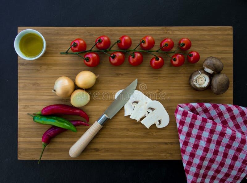 Preparación de las verduras en el tablero de madera fotografía de archivo