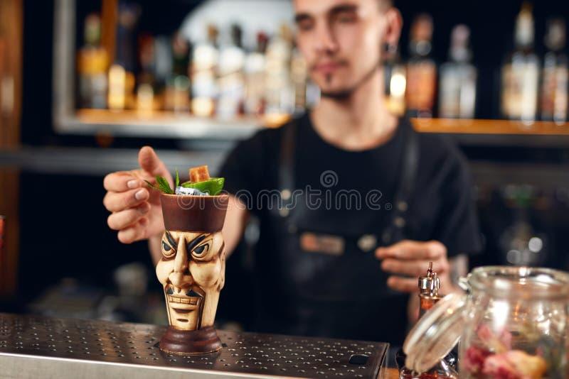 Preparación de los cocteles Barra de Making Cocktail In del camarero imágenes de archivo libres de regalías