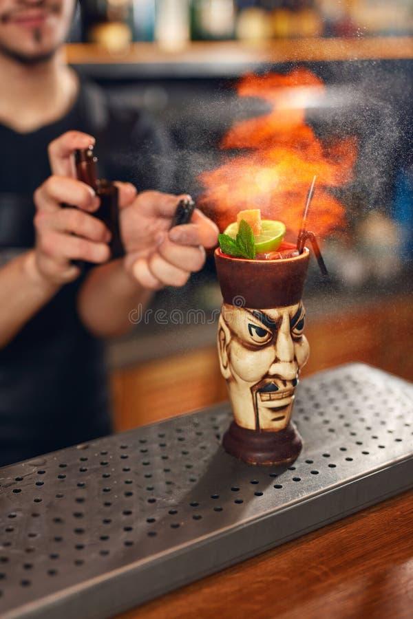 Preparación de los cocteles Barra de Making Cocktail In del camarero foto de archivo libre de regalías