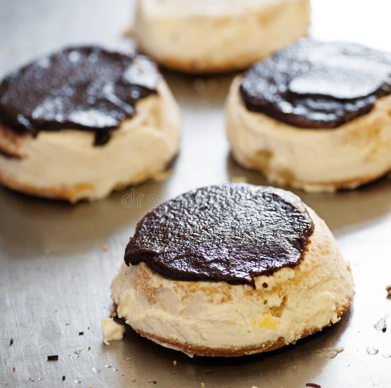 Preparación de los pasteles recientemente cocidos en una panadería imagenes de archivo