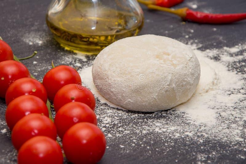Preparación de los productos de la panadería de la pasta de la harina, la tabla del cocinero foto de archivo libre de regalías