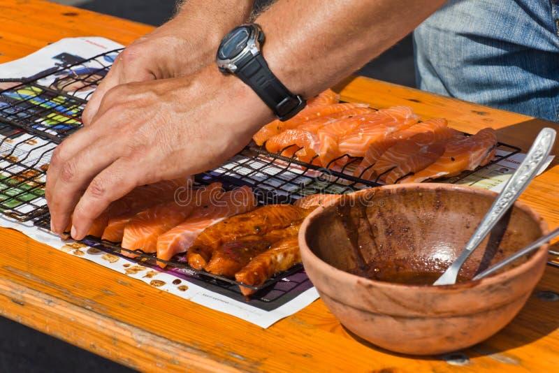 Preparación de los salmones para el Bbq fotos de archivo