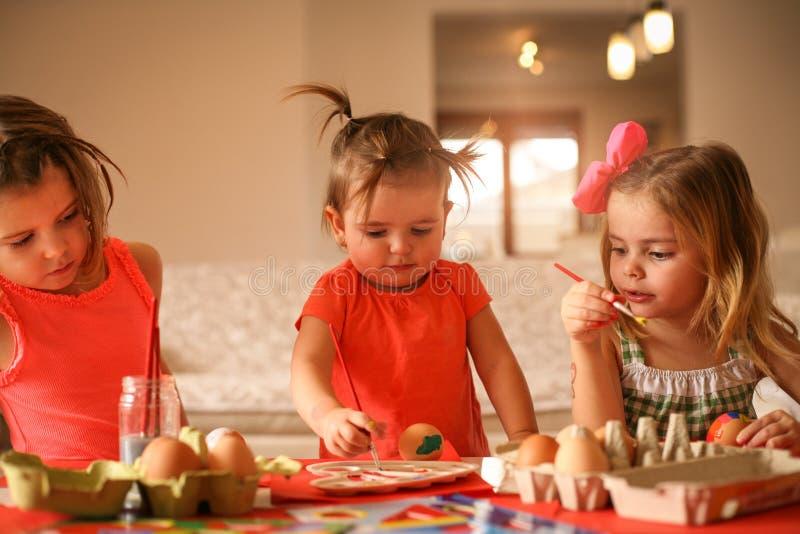 Preparación de Pascua de los niños pintando los huevos de Pascua foto de archivo libre de regalías