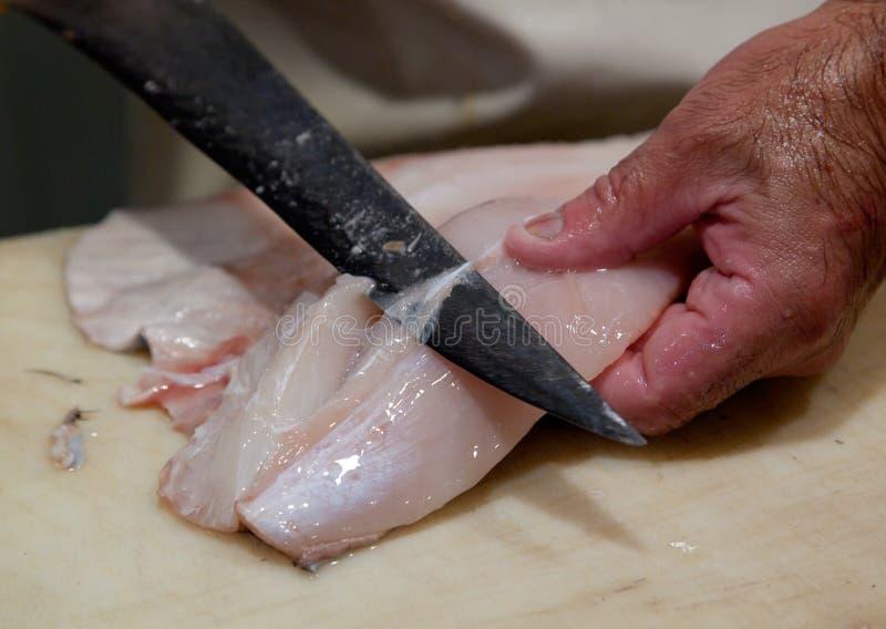 Preparación de pescados frescos foto de archivo libre de regalías