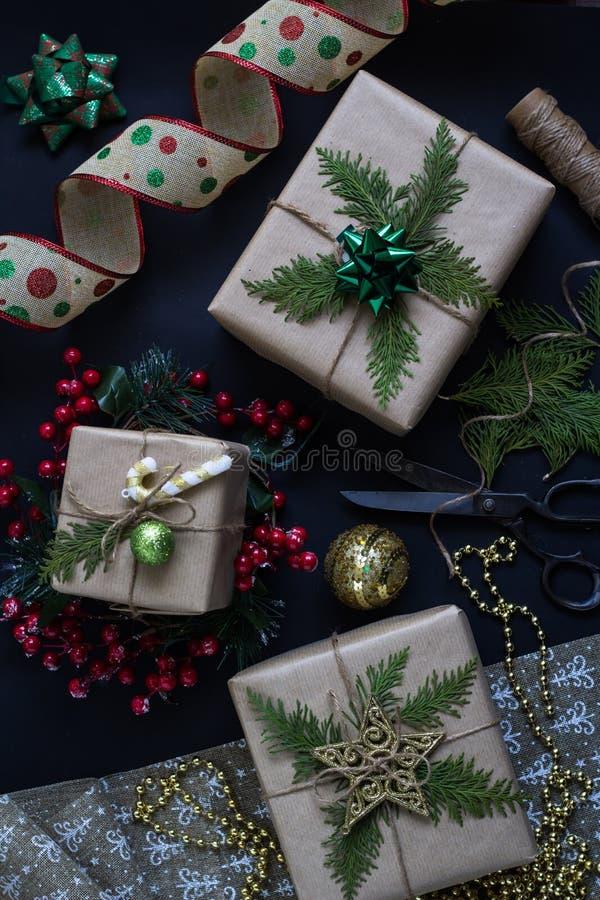 Preparación de presentes de la Navidad o del Año Nuevo Regalos envueltos hechos a mano imagenes de archivo
