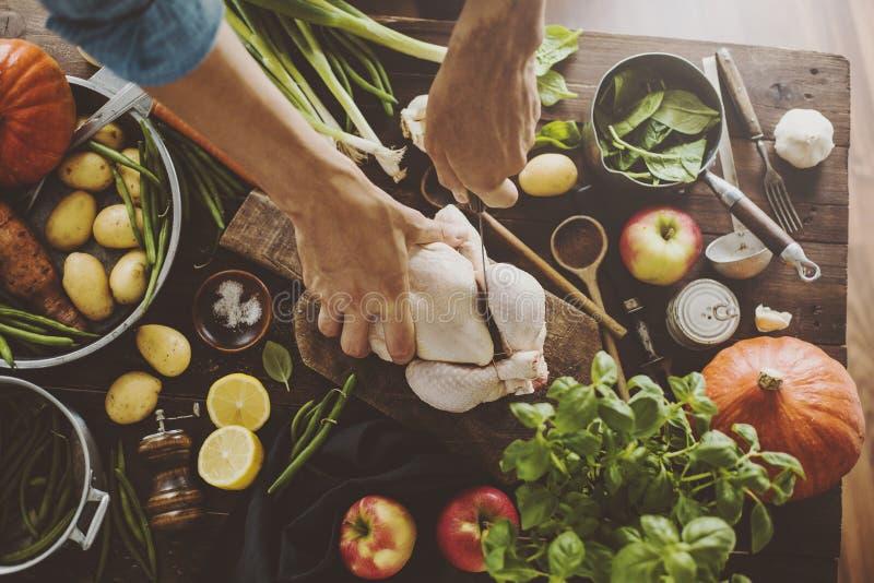 Preparación de proceso de cocinar de la cena sana imagen de archivo libre de regalías