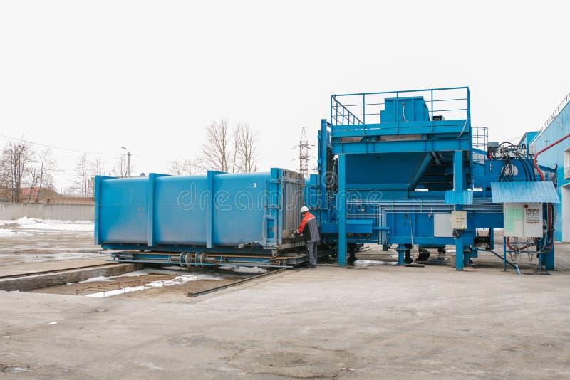 Preparación de un envase con la basura para el transporte subsiguiente a una planta de eliminación de residuos Planta de tratamie fotografía de archivo libre de regalías