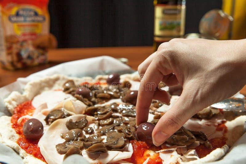 Preparación de una buena pizza imágenes de archivo libres de regalías