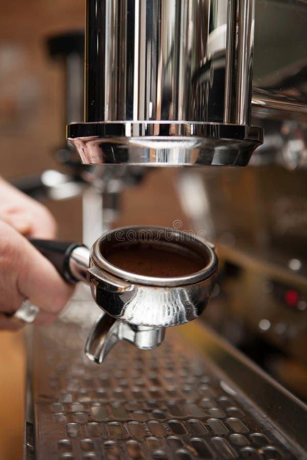 Preparación de una máquina del coffe con el café molido fotografía de archivo libre de regalías