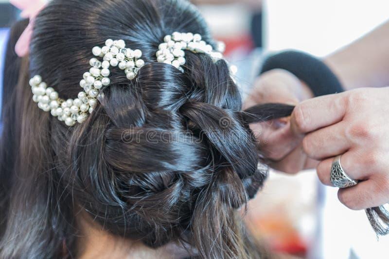 Preparación de una novia melenuda oficial con el pelo negro imagen de archivo
