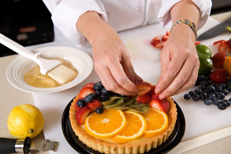 Preparación de una tarta de la fruta fresca foto de archivo libre de regalías