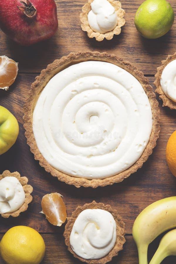 Preparación de una torta de la fruta fotografía de archivo libre de regalías