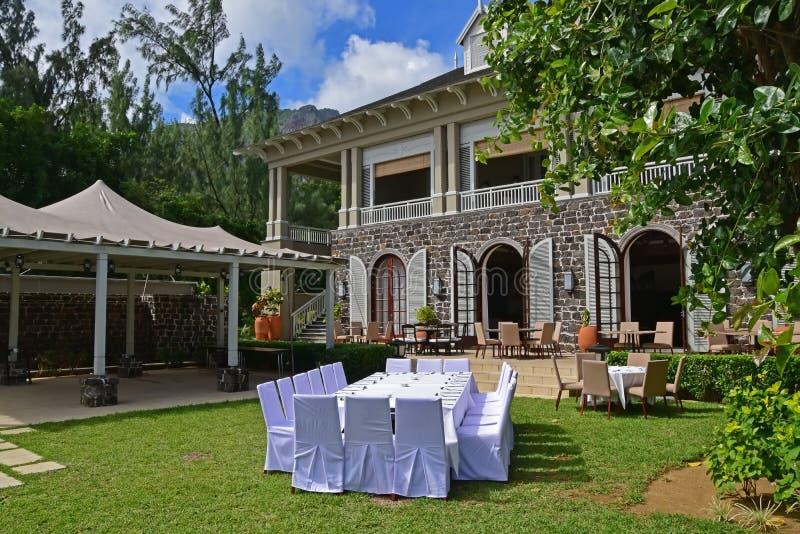 Preparación del banquete o del almuerzo al aire libre de la tarde en un ajuste de lujo tropical para el negocio o la familia fotografía de archivo libre de regalías