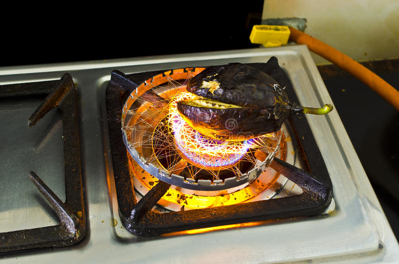 Preparación del bharta indio de Brijal de la cocina imagen de archivo
