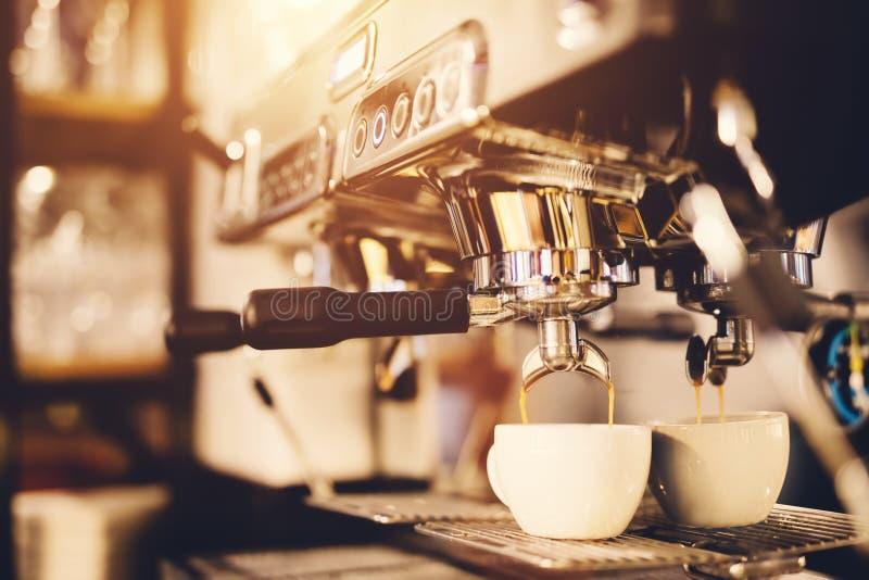 Preparación del café de la mañana cafetera foto de archivo libre de regalías