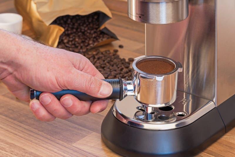 Preparación del café express en casa foto de archivo