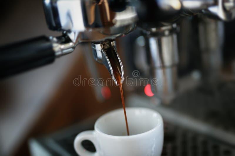 Preparación del café express en la máquina profesional del café imagen de archivo libre de regalías