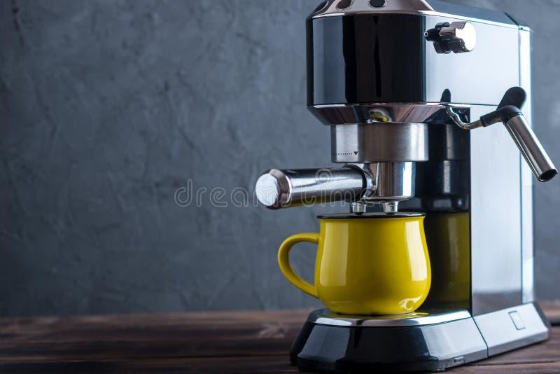 Preparación del café express Máquina del café sólo en la tabla El preparar profesional del café fotos de archivo libres de regalías