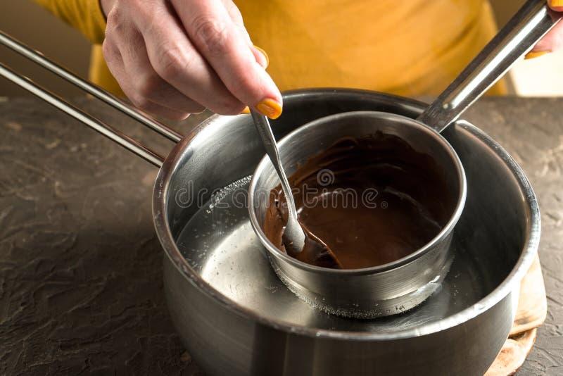 Preparación del chocolate caliente para el pastel de calabaza en un cazo fotos de archivo libres de regalías