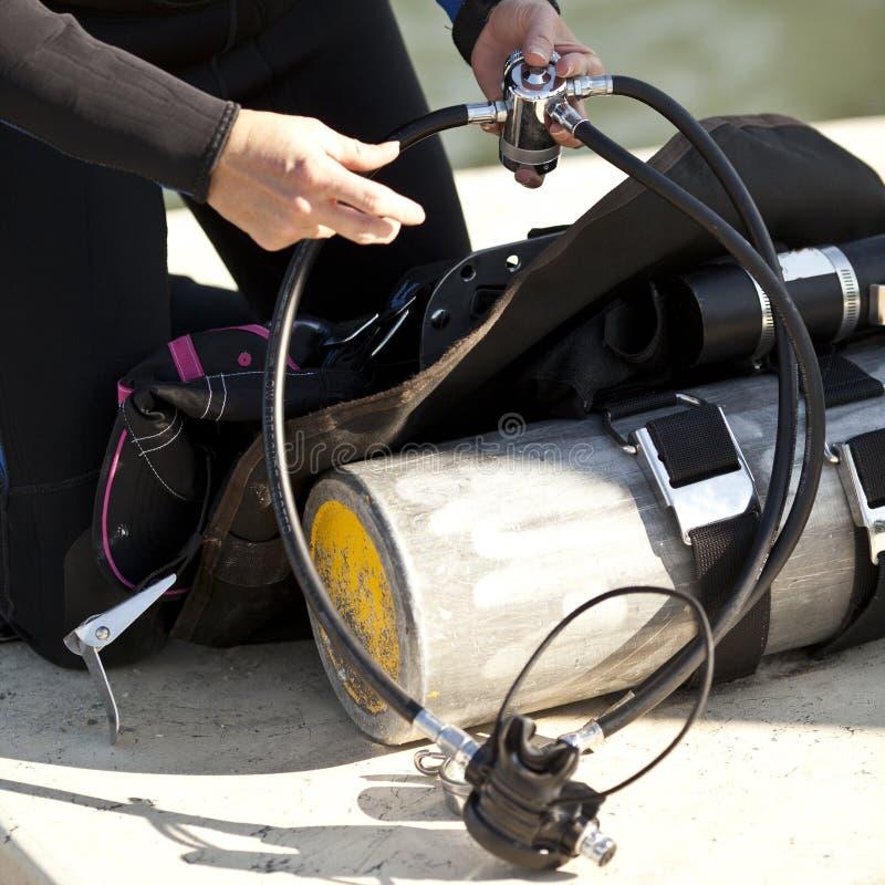 Preparación Del Engranaje De Equipo De Submarinismo Para El Uso Imagen de archivo libre de regalías