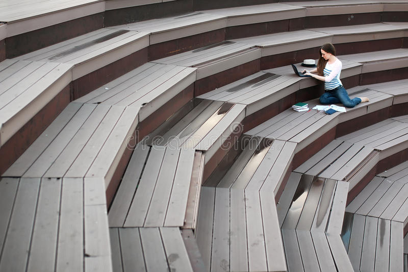 Preparación del estudio de la estudiante al aire libre imagen de archivo
