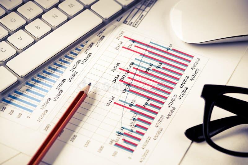 Preparación del informe de ventas medio foto de archivo libre de regalías