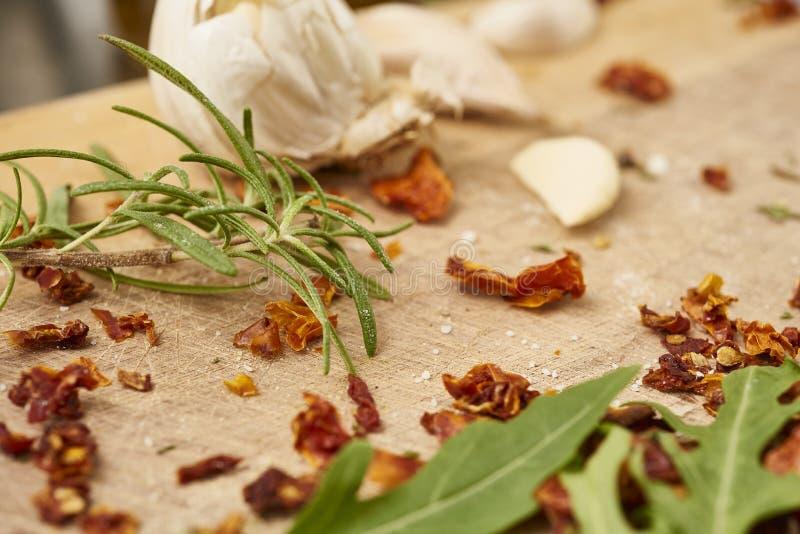 Preparación del relleno para el tortellini hecho en casa, pastas imagen de archivo libre de regalías